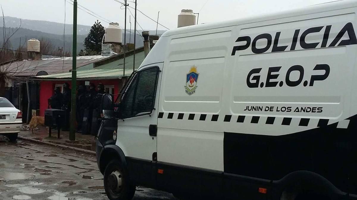Detuvieron en Piedra del Aguila, al dueño de la casa donde encontraron 4 kilos de marihuana y más de un kilo de cocaína