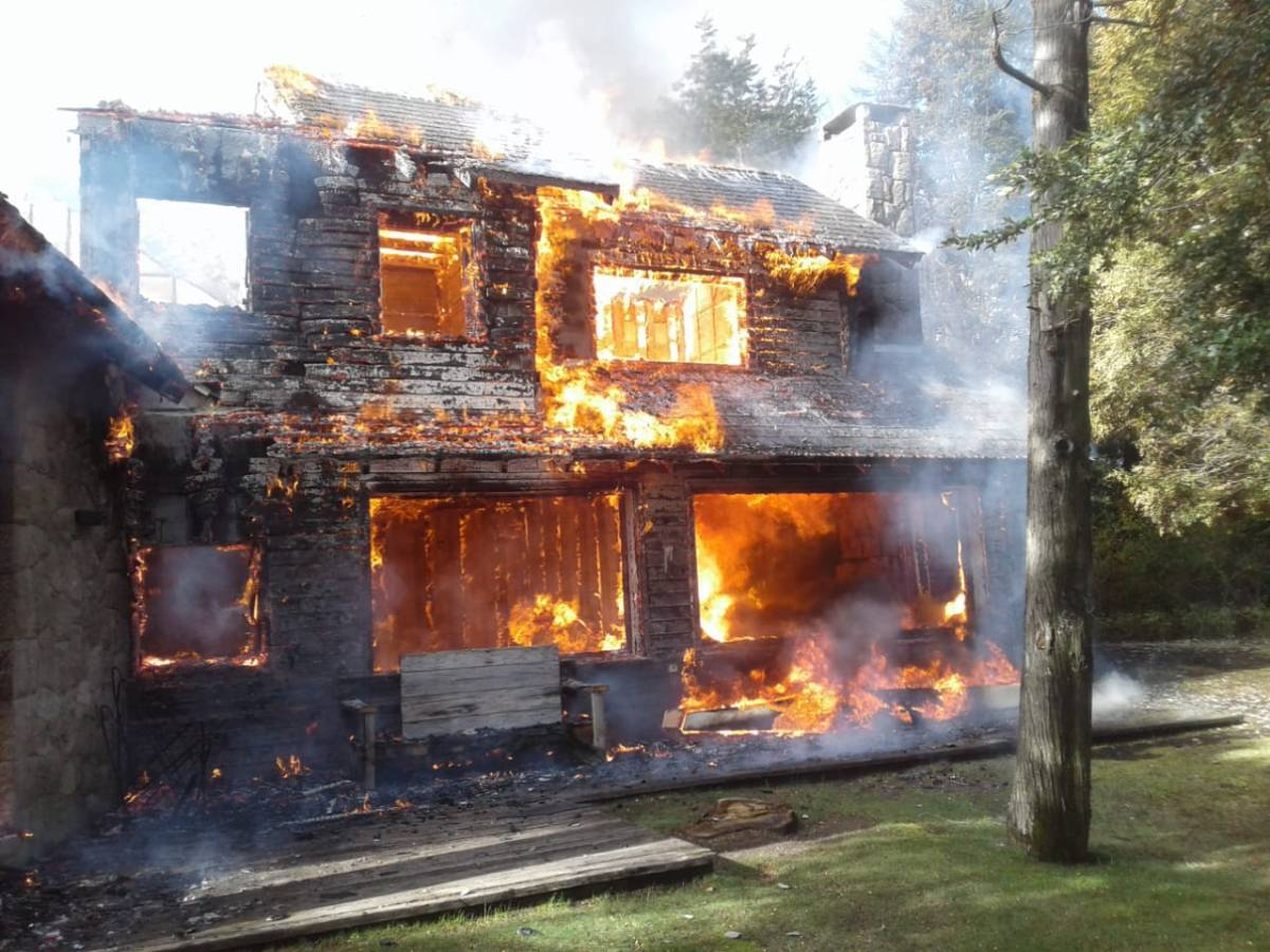 Se les incendió la vivienda donde se hospedaban mientras esquiaban en Cerro Bayo
