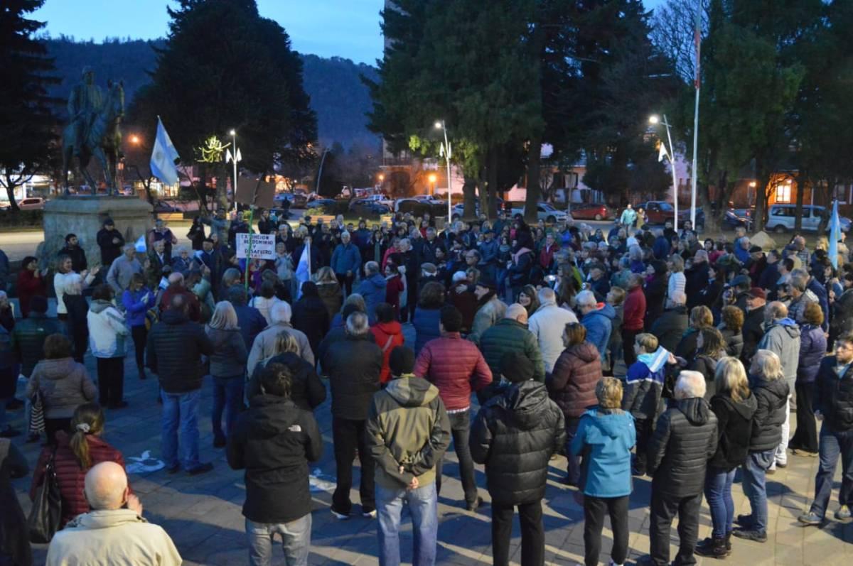 Un nutrido grupo marchó hacia la Plaza San Martín pidiendo el desafuero de Cristina Kirchner