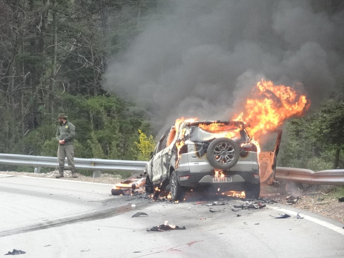 En un choque frontal un hombre perdió la vida en la Ruta 40, además se incendiaron una moto y la camioneta
